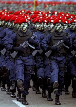 http://belajarbhsenglish.files.wordpress.com/2009/06/kopassus_gultor_parade4-2003.jpg
